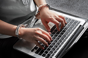 Юристы – об ответственности за оскорбление власти в интернете и распространение fake news